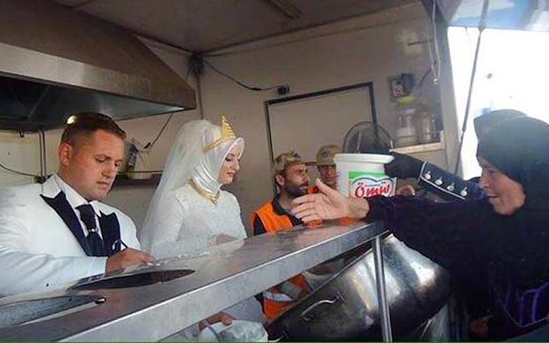 newlyweds feed syrian refugees